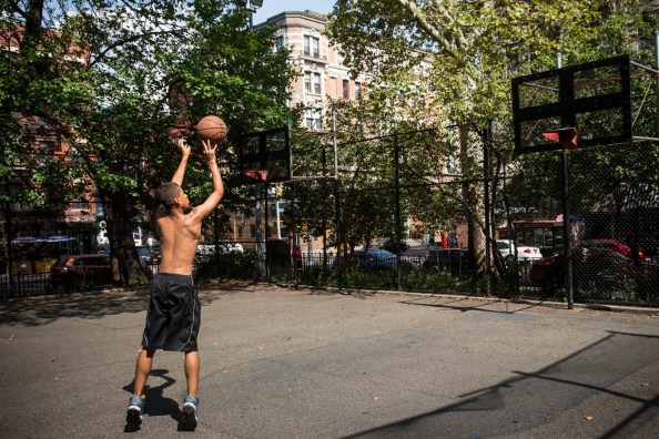 Paying basketball outdoors