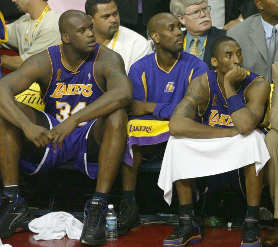 Shaquille O'Neal (L), Gary Payton (C), a